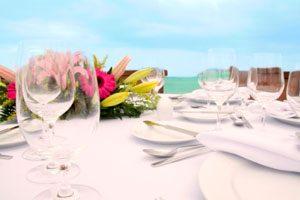 La combinación de colores al decorar las mesas
