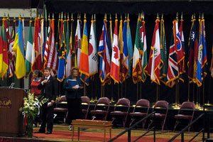 Cómo colocar las banderas en un escenario