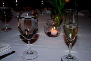 Cómo colocar las copas en una mesa de eventos